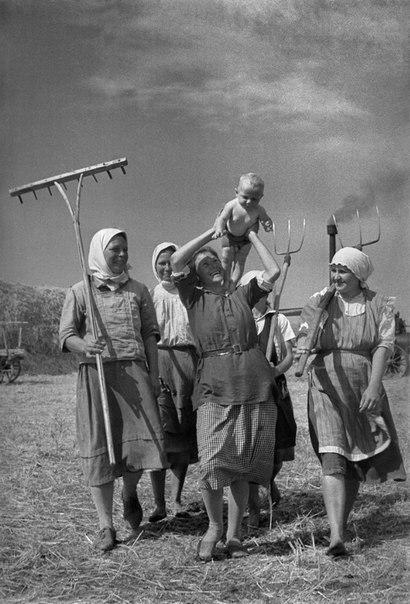 Блаженное материнство. Поволжье, РСФСР, СССР. Лето 1935