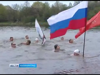 «Янтарные моржи» в честь Дня Победы переплыли озеро Шенфлиз