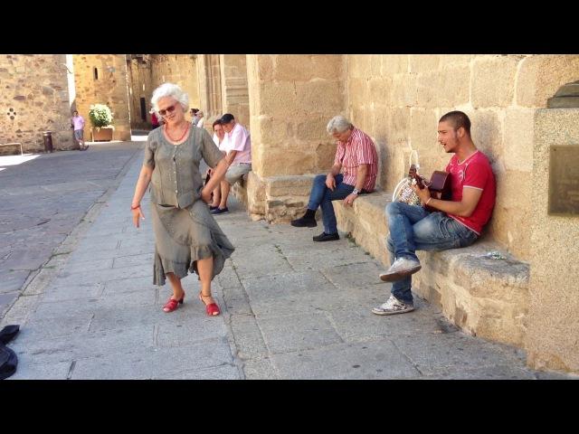 Gitano portugues y bailarina de Cáceres....actuando improvisado en el casco antiguo de Cáceres