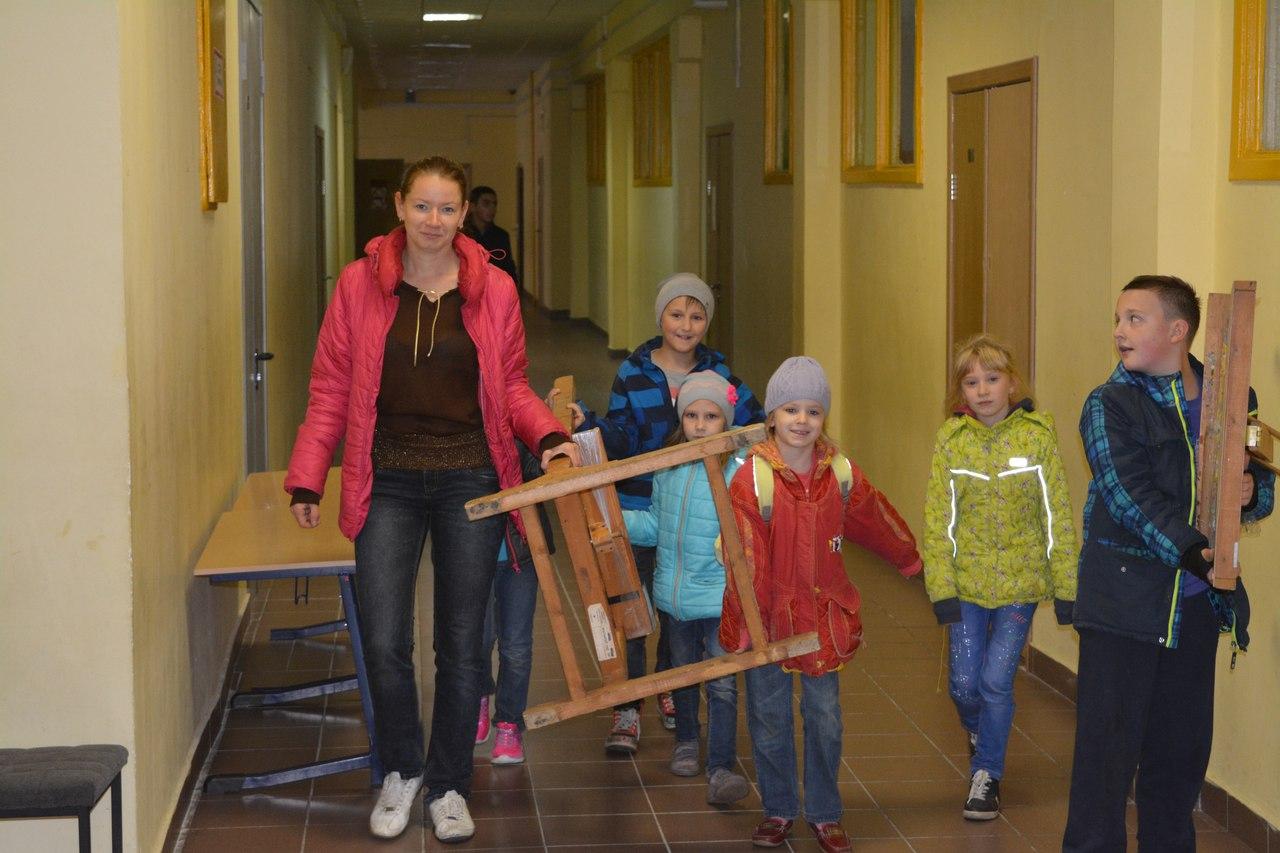 установка выставки детьми и вожатой