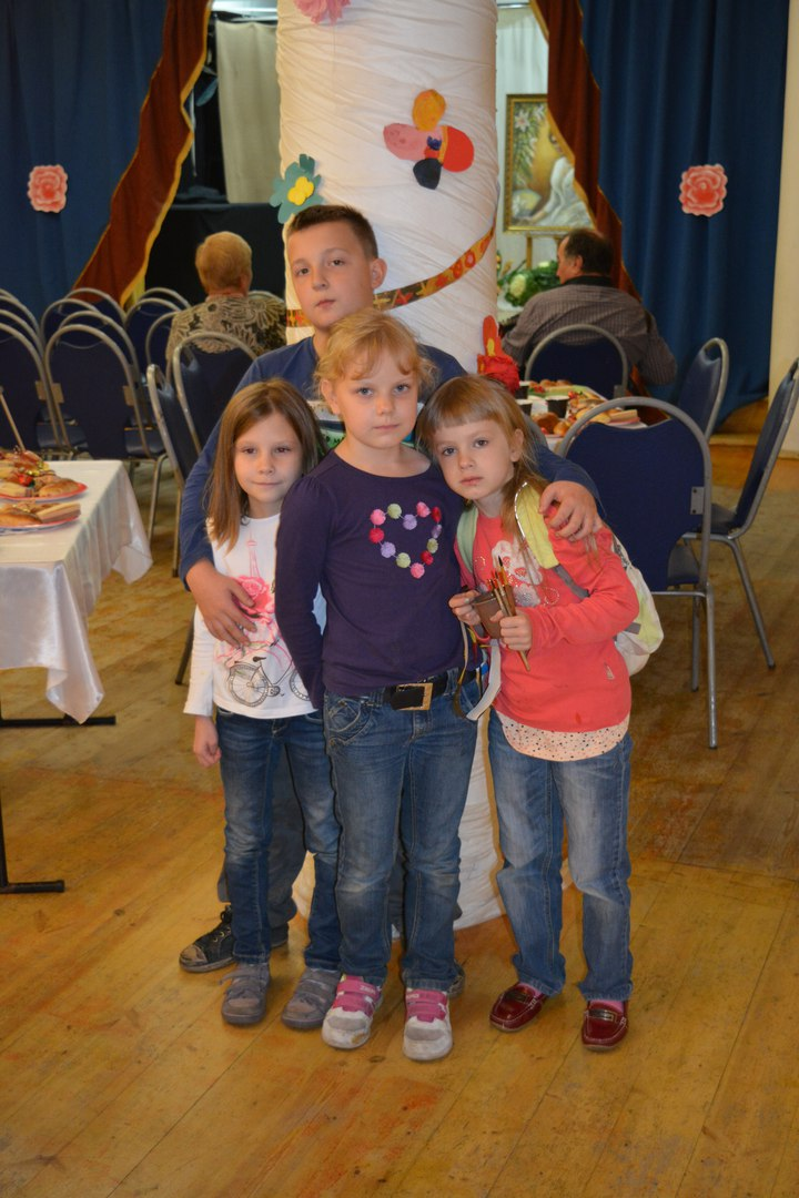 дети помогли украсить зал своими бумажными цветами