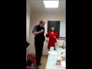 Русский медвежонок Berss в очках танцует с Леди в красном