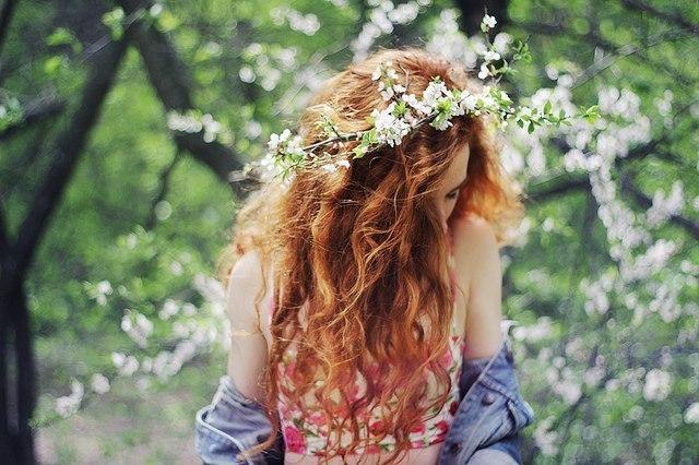 рыжая девушка в венке из цветов