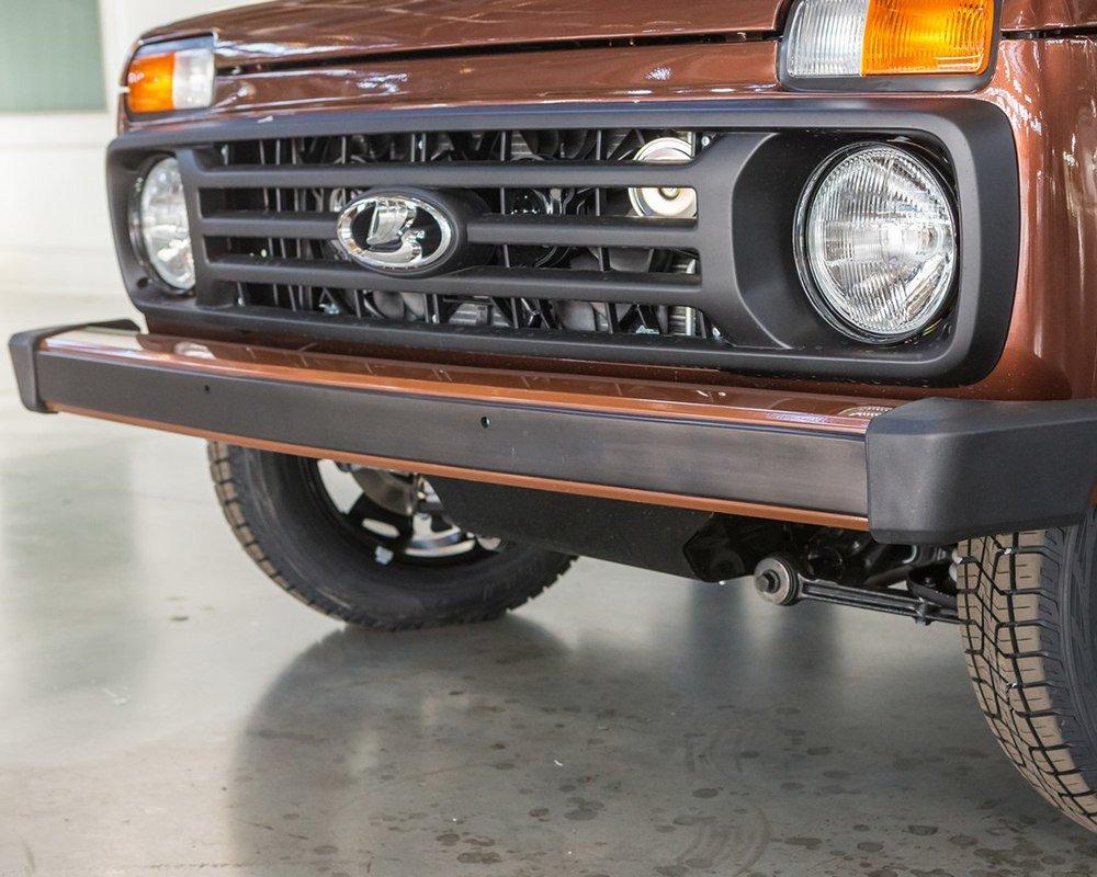 Юбилейная Lada 4x4: шильдики и светлая кожа в салоне.