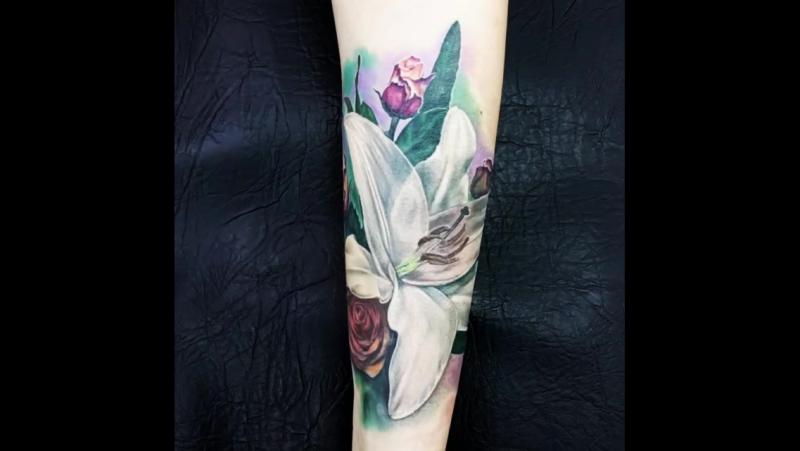 Татуировка в цвете лилия, роза на предплечье. Тату-салон you-key, мастер Юрий Куйдунен, Екатеринбург, Верхняя Пышма
