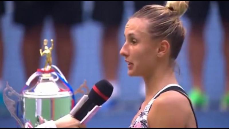 Церемонія нагородження Лесі Цуренко (Україна) - тріумфаторки тенісного турніру Guangzhou International Women's Open у Китаї.