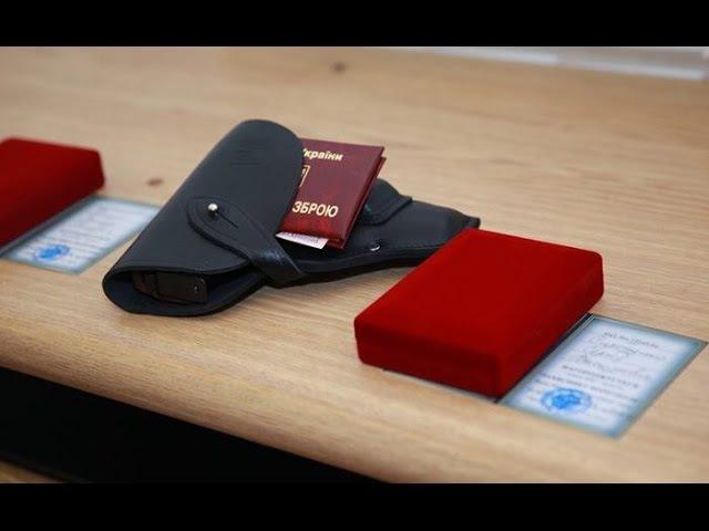 Кому в Україні роздають нагородну зброю