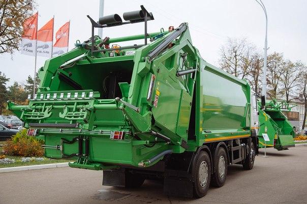 В Минске выпустили мусоровозы, в которые влезает даже шкаф
