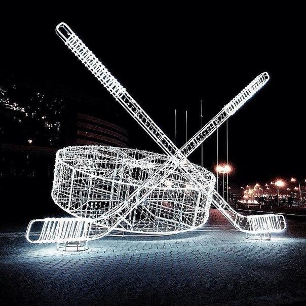 Возле «Минск Арены» появилась новая световая инсталляция – шайба и хоккейные клю...