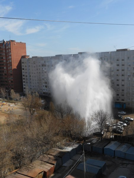 Во дворе 253 дома по Ново-Вокзальной прорвало трубу с горячей водой. Ф