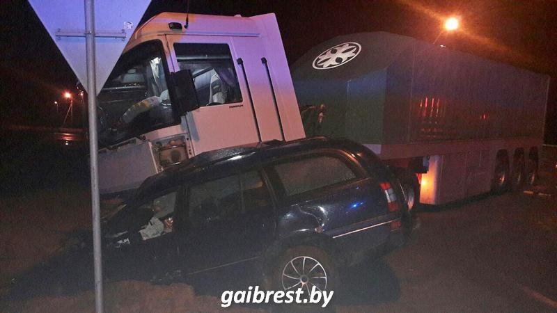 В Брестском районе столкнулись фура и автомобиль такси