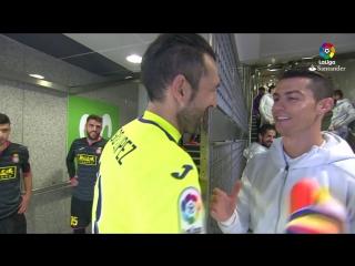 Приветствие Криштиану и Диего Лопеса перед началом матча