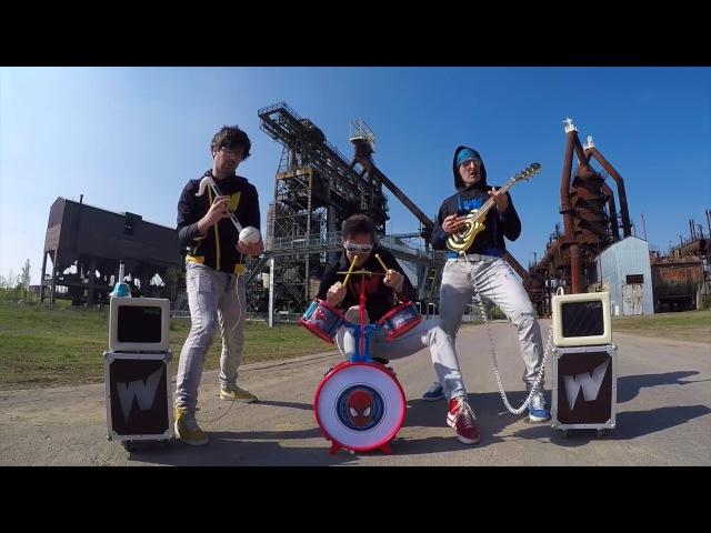 Чуваки играют тяжелый рок на детских музыкальных инструментах