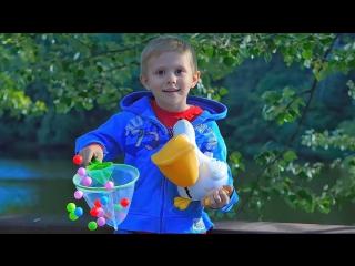 ВИДЕО ДЛЯ ДЕТЕЙ с игрушкой ОЗОРНОЙ ПЕЛИКАН который метает шарики - Играем с Даником