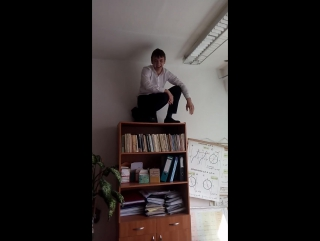 Очередной школьник покоряет шкаф