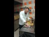 Бренд-шеф ресторана Brunello Илья Захаров готовит стейк Рибай из Labinsk Beef, Gastreet2017, май 2017 года.