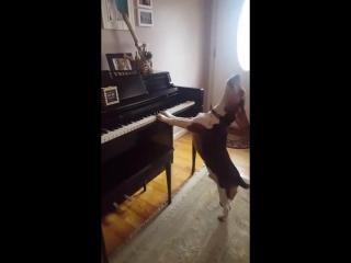 Бигль поет и аккомпанирует себе на пианино:))