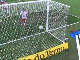 Вагнер Лав играет в стенку с Роналдиньо и забивает гол за