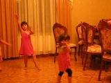 Малышки, танцуют под армянскую песню 2 часть=)