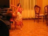 Малышки, танцуют под армянскую песню=)