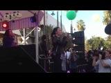 Demi Lovato cantando Give Your Heart a Break na Topshop