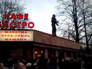 Человек на митинге в СПб разорвал паспорт