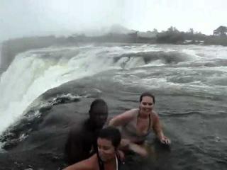 Экстримальное купание в водопаде 2