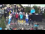 Нойнер и другие биатлонистки поют на рождественской гонке