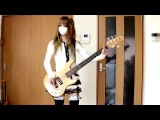 Японка красиво играет на бас-гитаре