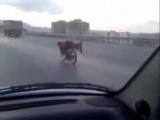 Debil motorem na autostradzie (Saudi Arab Stunt)