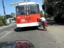 Мега прикол! тупая бабка думает что толкает автобус!.mp4