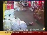 Шокирующая новость  В Китае два автомобиля переехали девочку, люди просто проходили мимо
