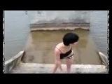 Пьяная девушка полезла купаться
