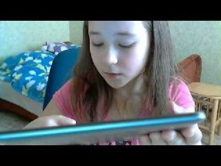 Девочка рассказывает про свой ПЛАНШЕТ