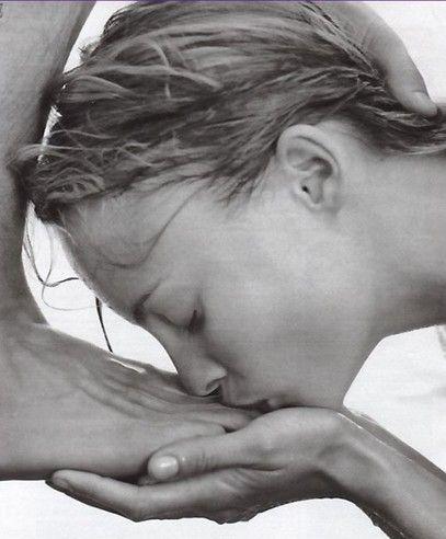 девка целует ноги