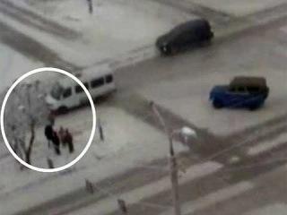 На перекрестке в Абакане маршрутка сбила трех школьниц - Первый канал