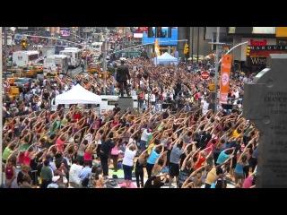 Массовый марафон йоги на Таймс-сквер в Нью-Йорке, США.