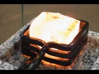 Лёд горит в индукционной печи.mp4