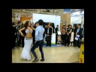 Аскер, в голубой рубашке обалденный!!! особенно красиво танцует когда  вышла  девушка танцуют лезгинку