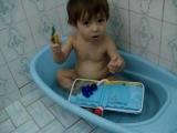 Tiago 1 ano - Banho com livro, hummm