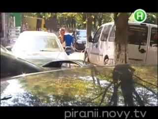 Девушка Блонда переодевается в машине