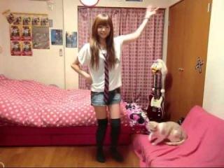 Японочка танцует Happy Synеhesizer