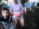 Мальчики гуляют в одних трусах