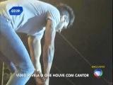 Gusttavo Lima quebra guitarra no show e a joga para o público em show em Bauru-SP