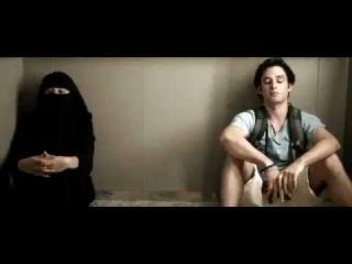 Мусульманка в Никабе застряла в лифте с.......