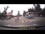 Пешеход и велосипедист на переходе
