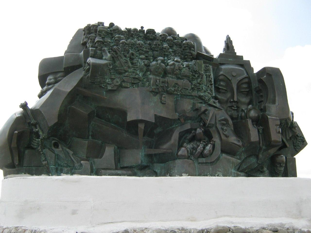 Памятник репрессированным калмыкам (в Элисте)