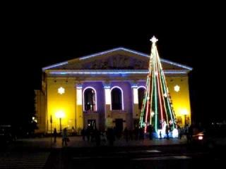 Драмтеатр Мариуполь и красивая новогодняя елка