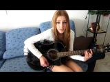 Девушка исполняет песню