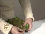 Как оформить упакованную коробку с помощью фетра, лент и банта «розочка»